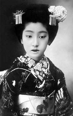 Chiyoha 1910 (par Blue Ruin1) Tatsuko Takaoka (高岡 たつ子) (b.1896 - d.1995) est né à Nara et vendu dans le monde des fleurs et des saules par son père, à l'âge de douze ans, à la Tsujii-Ro (辻 井 楼) salon de thé dans la Soemon-cho (district 宗 右卫门 町) de geisha d'Osaka.  Cependant, lorsque ses trigrammes ont été lus par un diseur de bonne aventure, ils n'étaient pas de bon augure, et le propriétaire de Tsujii-Ro, qui était un ancien geisha par le nom de O-Fuku (お 福) de la maison de thé à proximité…