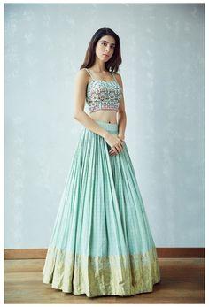 Indian Gowns Dresses, Indian Fashion Dresses, Dress Indian Style, Indian Designer Outfits, Indian Skirt, Lehenga Designs Simple, Choli Designs, Best Lehenga Designs, Mehendi Outfits