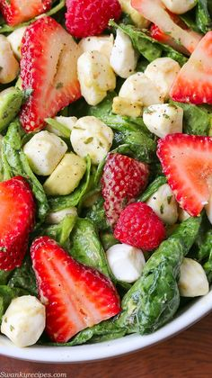 Strawberry Avocado Mozzarella Salad - A delicious summer salad that takes 5 minutes to make.  Juicy fruit and crisp lettuce tossed in a simple vinaigrette.  Plus, find out how I keep produce fresh longer with /rubbermaid/ #FreshWorksCrowd #ad #FreshWorks