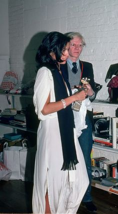 Bianca Jagger with Andy Warhol 70s Fashion, Love Fashion, Fashion Outfits, Andy Warhol, Bianca Jagger, Mick Jagger, Moves Like Jagger, Studio 54, Classy Chic