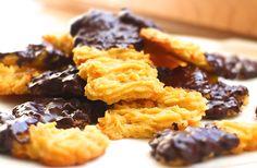 Der beliebte Plätzchenklassiker als Low Carb Variante. Kohlenhydratarmes Spritzgebäck mit Schokoladenguß und einem Teig aus Mandelmehl und geriebenen Karotten.