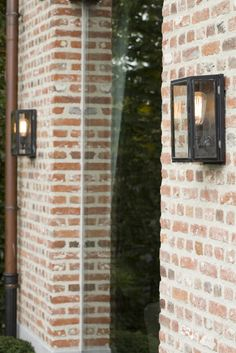 Gevelsteen mooi (door dikke voeging?) Van de lampen is Rob niet zon fan White Brick Houses, Garden Deco, Back Patio, Scandinavian Home, Patio Doors, Traditional House, Architecture Details, Home Deco, Outdoor Lighting