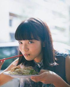 朝から美味しい麺にこの表情。ノースリーブブラウス¥39,000 デニムパンツ¥40,000(共にエムエム6 メゾン マルジェラ/メゾン マルジェラ トウキョウTEL:03・5725・2414) 中に着たキャミソールはスタイリスト私物