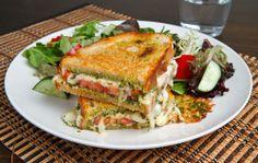 Tosti met tomaten, mozzarella, groene pesto, peper en olijfolie.