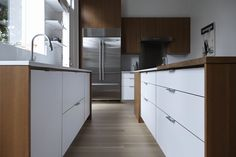 A clean-lined kitchen remodel by architect Shauna McManus and Henrybuilt. The countertops are Caesarstone, the cabinets are teak and white laminate Kitchen Reno, New Kitchen, Kitchen Remodel, Kitchen Cabinets, Kitchen Drawers, Kitchen Storage, Home Design, System Kitchen, Brooklyn Kitchen