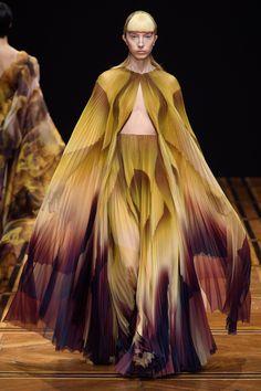 Iris van Herpen Spring 2019 Couture Fashion Show - Vogue Iris Van Herpen, Fashion Art, Fashion Models, Fashion Brands, Fashion Design, Celebrities Fashion, Fashion Outfits, Collection Couture, Fashion Show Collection