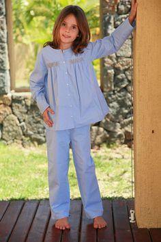 Bianca… Bianca… Bianca Petites fronces et smocks beiges de chaque côté de la boutonnière, ce pyjama cielse porte ample sur un pantalon droit.  Manches Longues Ouverture devant par boutons de nacre Smocks sur la poitrine Pantalon élastiqué Pantalon long Tissu Popeline dobby ciel100% coton  Colissimo offert dès 60€ d'achats ! Ce pyjama fait partie de la collection de L'ORANGERIE. Elle habille garçons et filles de 2 ans, 4 ans, 6 ans, 8 ans, 10 ans, 12 ans, 14 anset aussi les grands…