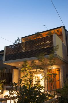Find home projects from professionals for ideas & inspiration. Garden Terrace House by Sakurayama-Architect-Design Terraced House, Design Exterior, Interior And Exterior, Modern Balcony, Small House Exteriors, Japanese House, Facade House, Tropical Houses, Classic House