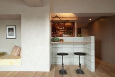 <p>コンクリートブロックと足場板で作ったカウンター。ニュアンスのある壁は塗装で表現。</p>