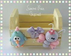 lembrancinha-galinha-pintadinha-candy-colors-lembrancinha-galinha-pintadinha Diy Wood Box, Clothespin Magnets, Clay Box, Baby Deco, Baby Food Jars, Pasta Flexible, Diy Pillows, Cold Porcelain, Candy Colors