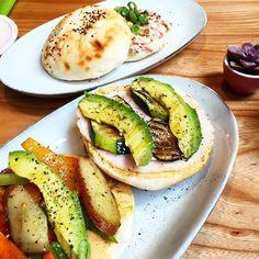 Dit waren echt heerlijke broodjes! Gegrilde groenten met gerookte kipfilet en tonijnsalade. Gegeten in een leuk tentje naast de Nike store in Amsterdam! #sandwich #avacodo #tuna #tunamelt #grilled #vegetables #lunch #amsterdam #food #nikestore #foodpic #instafood #foodstagram #healthyfood #healthylifestyle #foodies #foodlovers #foodphotography #fitfood #getfit