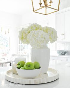 Decor Decorating Designs GOLD Simple Spring tips white home accessories kitchen vignette whitehydrangeas homedecor homeaccessories whitevase Decoration Hall, Decoration Bedroom, Decoration Design, Kitchen Vignettes, Kitchen Island Decor, Home Decor Kitchen, Kitchen Island Centerpiece, Decorating Kitchen, Kitchen Ideas