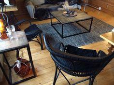 Pientä mökkiremonttia sisäkuvaa. Tuotteet Parolan Rottingilta Cartagena sivupöytä sekä -sohvapöytä, Vicenza tuolit mustana