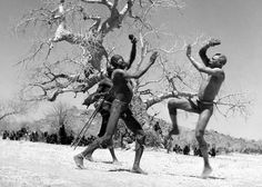 Two fighters from the Kao-Nyaro tribe who use lethal bracelets during fights. West Africa, North Africa, Work In Africa, Giant People, Free In French, African History, African Art, African Culture, War Photography