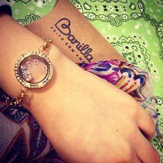 Love - pra lembrar a data que está chegando! <3 #medalhão #charms #pingente #love #pulseira #dourada #cristais #amor #banilla