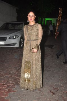 critic-corner: Kareena Kapoor Khan at Shilpa Shetty Diwali Party : Kareena looked gorgeous in a green Sabyasachi anarkali with a matching clutch and big earrings. Sleek hair bun, simple makeup, bindi and sindoor completed her look. Lovely!
