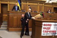 Почему Яценюк не сопротивлялся, когда его выносил депутат?