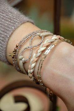 """Bracelet """"Rose"""" bohème - Perles de rocaille, perles de verre, daim http://www.alittlemarket.com/bracelet/fr_bracelet_rose_boheme_perles_de_rocaille_perles_de_verre-7394545.html"""