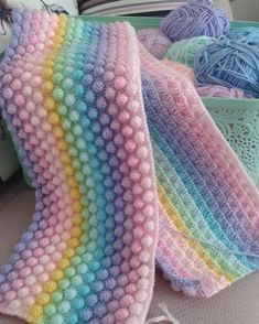 Örgü gökkuşağı battaniye autour du tissu déco enfant paques bébé déco mariage diy et crochet Crochet Stitches Patterns, Baby Knitting Patterns, Crochet Designs, Diy Crafts Knitting, Crochet Projects, Crochet Bobble Blanket, Crocheted Blankets, Bobble Stitch, Diy Crochet
