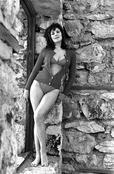 Raquel Welch near naked / nude photos. Hottest Welch ever. Rachel Welch, Claudia Cardinale, Divas, Anita Ekberg, Italian Actress, Jane Fonda, Jayne Mansfield, Sophia Loren, Famous Women