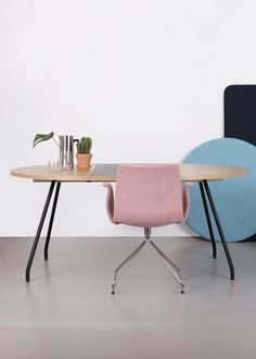 COLOURFUL | Create a colourful dining room with Primum Table in oak veneer and black linoleum extension leaves flanked by the Primum Arm Chair in coral fabric.