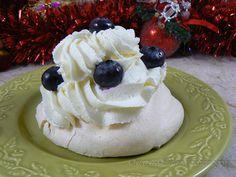 Pavlovas crème de marron, myrtilles et chantilly vanille Pavlova, Petite Meringue, Desserts, Food, Tailgate Desserts, Deserts, Essen, Postres, Meals