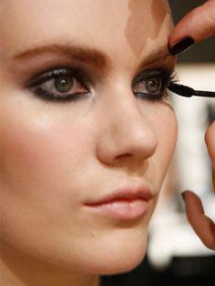 Farbe, Länge, Fülle und Schwung - Ihre Wimpern brauchen alles? Vielleicht fehlt Ihnen nur der Trick, wie Sie Mascara richtig auftragen. Diesen einen Fehler machen nämlich mehr Frauen als gedacht.
