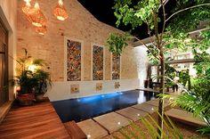 Casa de las Sirenas, piscina con tres collages de mosaico de pasta.   Cortesía de Arq. Fernando Ancona Teigell