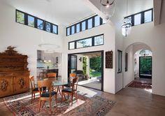 Una vivienda contemporánea, mezcla del estilos español y caribeño en #California. Fusión de culturas que dan como resultado una vivienda singular.