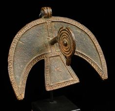 Africa | Pendant in shape of a stylized bird from the Nuna people of Burkina Faso | Brass, with brown patina | Est.  900 - 1800€