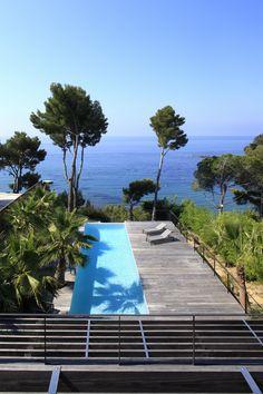 Piscine avec vue sur la mer dans une villa réaménagée par l'architecte DPLG Frédérique Pyra.