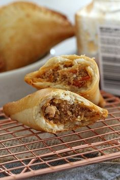 These oven-baked Chorizo and Chicken Empanadas are absolutely bursting with flavour! Crispy on the outside and totally delicious on the inside! Let me see if I can do these crazy, freaking delicious Chorizo Chicken Empanadas, Empanadas Recipe, Chicken Chorizo, Chicken Pasties, Mexican Empanadas, Baked Empanadas, Quiches, Lunch Box Recipes, Dinner Recipes