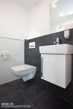 Fliesen im Gäste WC. Bodenfliesen mit an der Wand verlegt. Toller Kontrast zur weißen Keramik und zum Badmöbel. #Fliesen