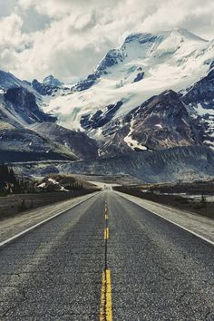 USA Road Trip Ideas and Tips. If you are looking to head out on a road trip, there are a lot of different places you could go. Below, we will be going over some of the top USA road trip Beautiful Roads, Beautiful World, Beautiful Places, Landscape Walls, Mountain Landscape, Landscape Photography, Nature Photography, Photography Props, Cool Pictures