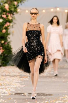 Chanel Spring 2021 Couture – Classy and fabulous way of living Chanel Couture, Boutique Haute Couture, Haute Couture Looks, Haute Couture Fashion, Primavera Chanel, Fashion Week, Fashion Show, Fashion Spring, Vestidos Color Rosa