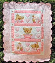 Bernapatch pic onlyCute pink little girl's quilt with teddy bears and a sense of humour.Learn how to make cute blankets with the patchwork technique ~ lodijoellaThis post was discovered by Vi Cute Blankets, Baby Boy Blankets, Baby Girl Quilts, Girls Quilts, Cute Quilts, Scrappy Quilts, Quilting Projects, Sewing Projects, Indian Quilt