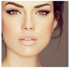 Un trait d'eye-liner parfait et une bouche glossy