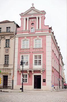 Rosa Gebäude in Posen Polen – ban.do – Join in the world of pin Foto Blog, Belle Villa, Pink Houses, Design Set, Design Ideas, Design Projects, Pink Design, Home Design, Pink Walls