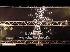 Macchina per la produzione di bolle fornita di staffa per il fissaggio. Può coprire un'area fino a 70 metri quadri.       Tensione di alimentazione: 230V 50Hz 40W     Dimensioni: 25x24,5x24 cm     Peso: 3Kg     Fusibile: 250V 0,5A     Consumo: con 500gr produzione di liquido bolle continua per un'ora. Puoi trovare questo e tanti altri prodotti direttamente nel nostro sito Web : www.lucidiscoteca.it