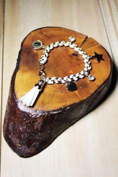 Os detalhes em tassel continuam na wish list da temporada. A pulseira Mini Tassel Branca traz essa tendência e moderniza o look.