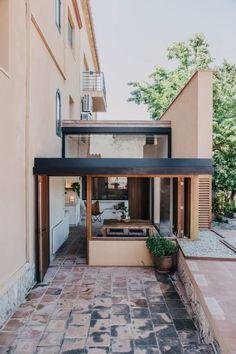 Maison rénovée semi-détachée dans les quartiers résidentiels à ...