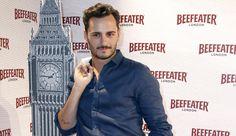 El actor Asier Etxeandía se incorpora al reparto de 'Galerías Velvet'.  Interpretará a Raúl de la Riva, un diseñador algo extravagante y atrevido para el año 1958.