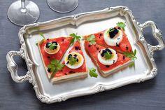 Elimina la crosta dal pancarré e fallo dorare brevemente in padella. Spalma ciascuna fetta con il burro salato ammorbidito aiutandoti con un coltello.
