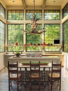 Magnifique vue obtenue grâce à des fenêtres grand format et un carrelage noir. Magnifique!