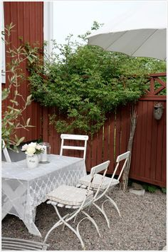 lantlig inredning och trädgårdsdrömmar Outside Living, Outdoor Living, Garden Cottage, Home And Garden, Scandinavian Garden, Sweden House, Red Houses, Gravel Patio, Outdoor Spaces