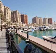 """Mariana Marques que sempre participa do snap maripelomundo diretamente de Doha escreveu um post sobre alguns dos hábitos do Oriente Médio para o Blog Mari pelo Mundo.  Link para o blog na Bio.  Não deixe de ler e programe sua próxima viagem! Mariana escreve no Mari Mundo a Fora e no snap marimundoafora http://ift.tt/2mLHVVY  Foto: Esta é a Marina que fica no """"The Pearl"""" um dos lugares mais lindos e agradáveis da cidade!  Antigamente este era o principal ponto de mergulho para caça de pérolas…"""