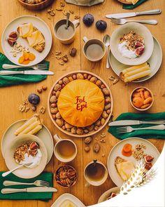 Commencez la journée avec cette jolie table de déjeuner aux tons naturels et boisés, inspirée des notes de noix et de fruit de Fol Epi. Roulé sur une tartine, Fol Epi se marie à merveille à l'incontournable birchermüesli avec des figues fraîches, des noix et des fruits secs. Ça vous inspire ? Recette en commentaire.
