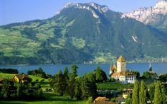 Castillo de Spiez, Suiza Spiez es una ciudad y comuna suiza del cantón de Berna, situada en el distrito administrativo de Frutigen-Niedersimmental a orillas del lago de Thun