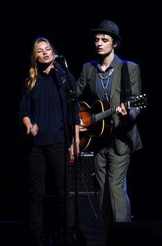 Κate Moss and Pete Doherty singing at the Hackney Empire, April 2007