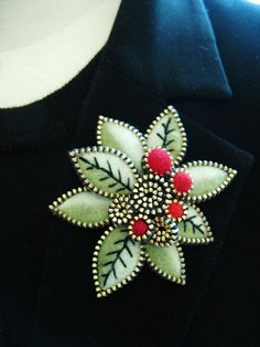A bit of embroidered detail. The embroidery on a few select leaves is just what the brooch needed! (Felt and zipper? Zipper Flowers, Felt Flowers, Fabric Flowers, Felt Crafts, Fabric Crafts, Zipper Crafts, Zipper Jewelry, Crochet Amigurumi, Penny Rugs